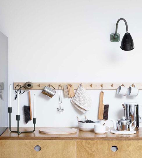 Schwedische Deko Hakenleisten in der Küche