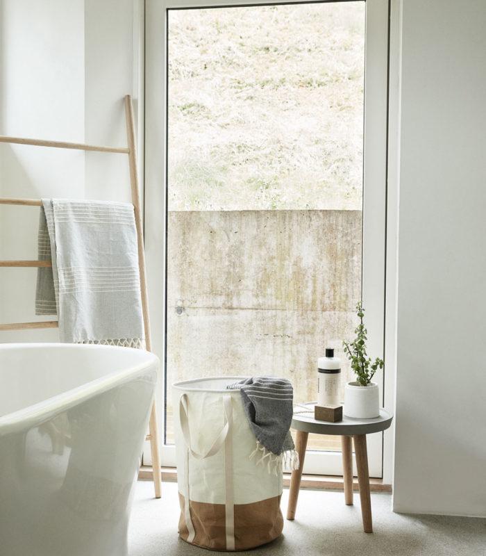 Nordische Badezimmer mit zeitloses Design