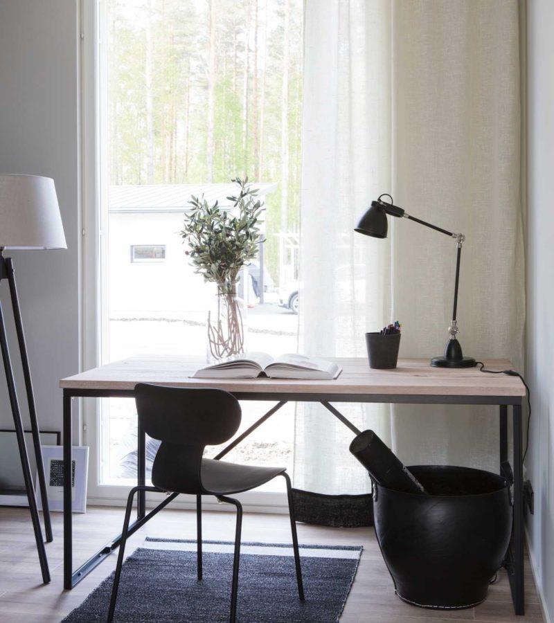 Skandinavische Arbeitszimmer mit viel Licht
