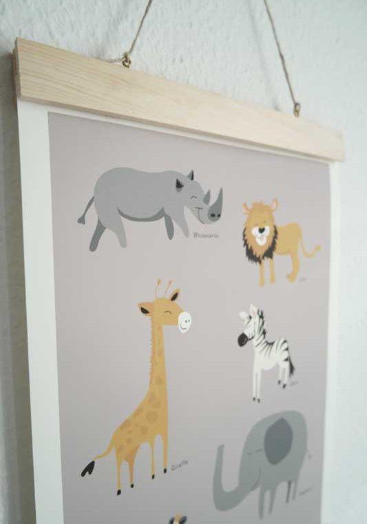 DIY Posterhänger aus Holzauf der Wand hängen