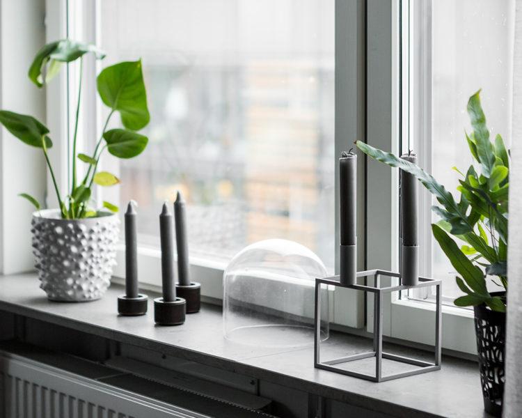 Skandinavische Fensterbrett mit Blumen und Kerzen
