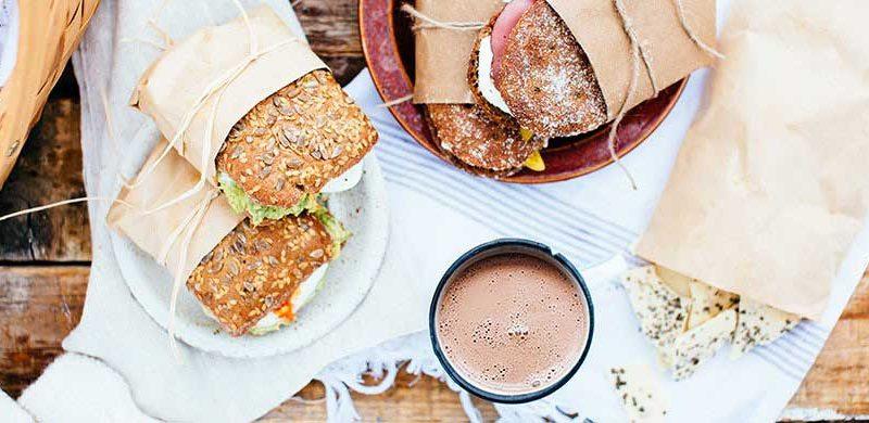 Nordische Winterpicknick mit leckere Sandwichs