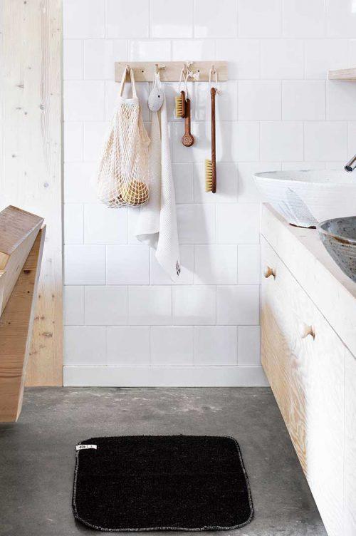 Schwedische Bad mit Hakenleisten aus Holz