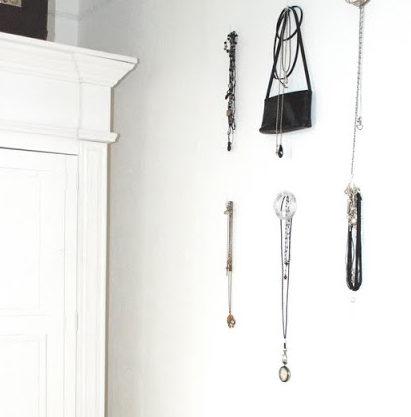 Hübsche Schmuck an der Wand hängen