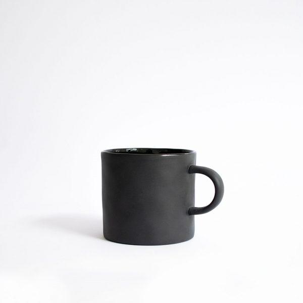 Henkeltasse schwarz Kajsa Cramer handgemachte Keramik Nordic Butik